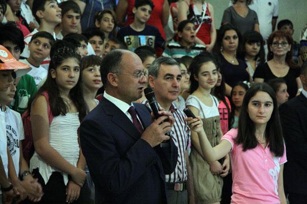 Սեյրան Օհանյանը ողջունեց կրթահամալիրի աշակերտներին եւ ուսուցիչներին, շնորհավորեց 2013-2014 ուսումնական տարվա մեկնարկը եւ մաղթեց նոր նվաճումներ՝ հանուն մեր երկրի: «Մենք դժվար ճանապարհ ենք անցել, նվաճելով մեր երկրի անկախությունն ու ազատությունը, հաստատել ենք խաղաղություն: Մաղթում եմ ձեզ՝ լինեք կորովի, ուսման մեջ առաջադեմ եւ որ միշտ պահպանեք մեր ձեռքբերումները: Իսկ պահպանելու համար պետք է գիտելիքներ ունենաք, որովհետեւ որքան շատ ու հարուստ լինեն ձեր գիտելիքները, այնքան պաշտպանված եւ ուժեղ կլինենք մենք բոլորս: Բանակը անելու է ամեն ինչ, որ ձեր խաղաղ արարումը լինի անխաթար»,- նշեց Սեյրան Օհանյանը: