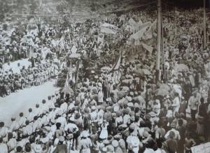 1919  թվական: Երևանում կազմակերպված հանդիսավոր շքերթից: Հայ ժողովուրդը տոնում է Հայաստանի Հանրապետության անկախության առաջին տարեդարձը: