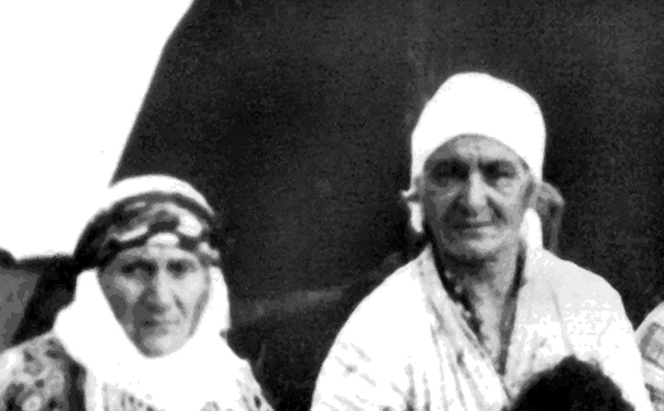 Աջից՝ Թալանը՝ տատիկիս մայրը: Ձախից՝ Գոգեն՝ պապիկիս մայրը: