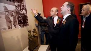 ՌԴ վարչապետ Դ. Մեդվեդևը Մոսկվայում դիտում է «Մայր Հայաստան» թանգարանի ցուցադրությունը՝  նվիրված ֆաշիզմի դեմ տարած  մեծ հաղթանակի 70-ամյակին: