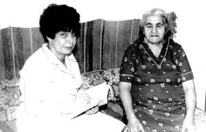 Բանասիրական գիտությունների դոկտոր, ժողովրդագետ Վերժինե Սվազլյանը մուսալեռցի ականատես վերապրող Մարիամ Բաղդիշյանի (ծնվ. 1909 թ., Հաջի-Հաբիբլի գ.) հուշերն ու երգերը գրի առնելիս: