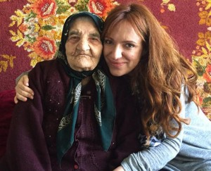 Նարե Մկրտչյանը ֆիլմի հերոսուհիներից մեկի՝ ցեղասպանությունը վերապրած 107-ամյա կնոջ հետ:
