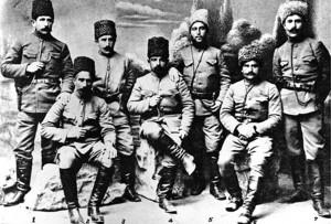Դրոյի զինակից օգնականները։ Ձախից աջ՝ Հովհ. Քուրանյան, Օնե (Հովհ. Մելքոնյան, Զեմլյակ (Հ. Նանումյան), Յապոն (Հովհ. Պարոնյան), Դալի Ղազար (Միշա Հայրապետյան), Բաշգառնեցի Մարտիրոս (Մարտիրոս Աբրահամյան), Ռիժա Տիգրան: