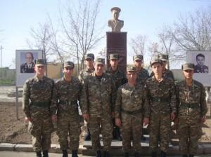 Մարշալ Հովհ. Բաղրամյանի կիսանդրու մոտ. զորամասի հրամանատարի՝ ԱՀՏԱ գծով տեղակալ« գնդապետ Հովիկ Եգորյանը (ձախից երրորդը)՝ կուրսանտների հետ