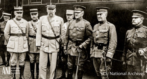 Գեներալ Ջոն Փերշինգն ու շտաբի պետ, գեներալ Ջեյմս Հարբորդը (աջից երրորդն ու երկրորդը) ֆրանսիացի սպաների հետ 1917թ. հունիսի 13-ին Փարիզ ժամանելուց անմիջապես հետո: